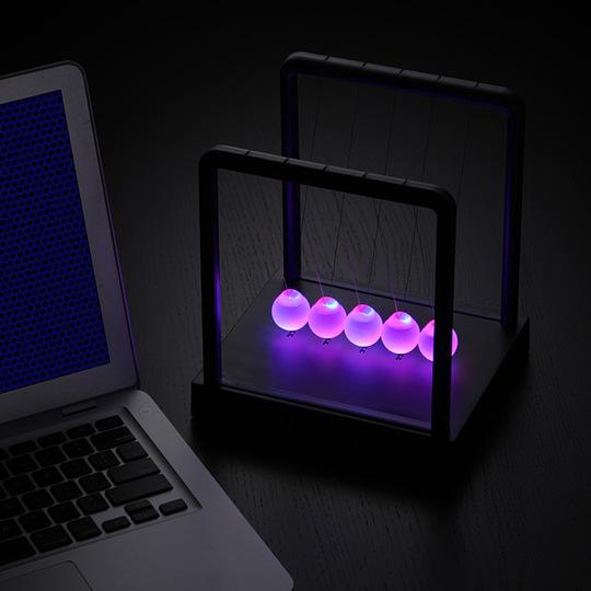 LED入りでとってもキレイな…えっと、ニュートンのあれ