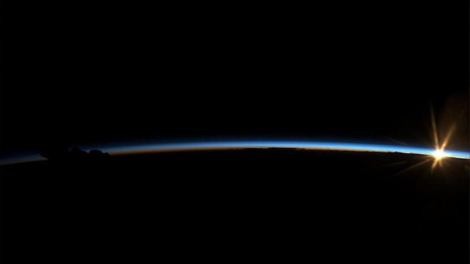神々しいほど幻想的…ISSから見た地球の夜明け
