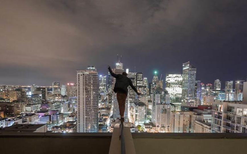 【高所恐怖症観覧注意】高い建物の屋上の縁にたつ