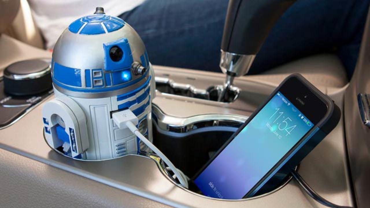 車のカップホルダーに最高の相棒、R2-D2型のUSBチャージャー(しかも動いてしゃべります)