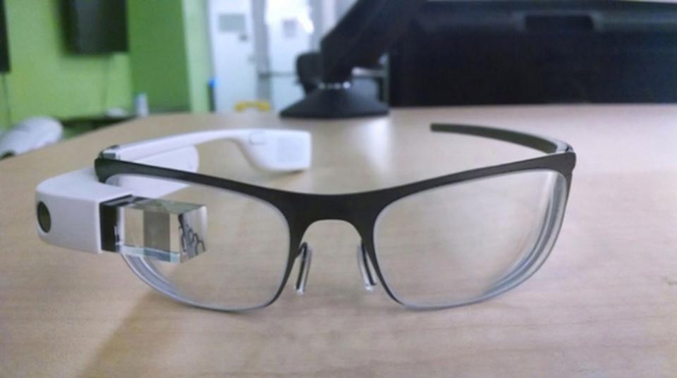 改良型Google Glassに普通の度入りメガネを装着した写真が流出?