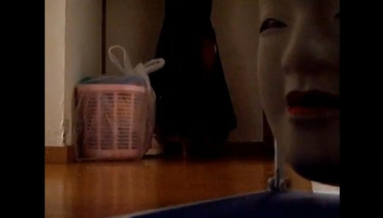 うわぁぁぁ! 来るなあァァァ! ラジコンで走る「能面」が怪異すぎる…(動画あり)