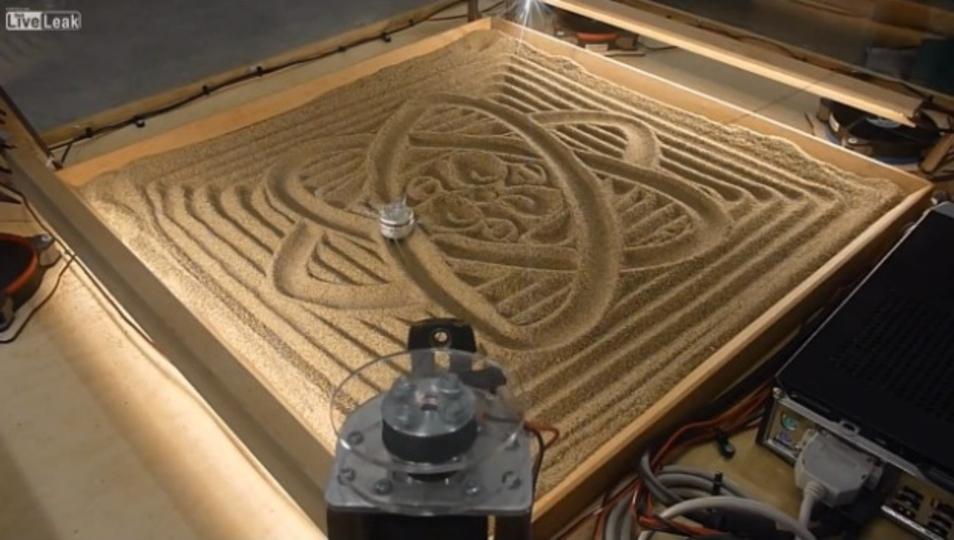 「I love ZEN」枯山水を再現するマシーンが開発されるも、どう見ても魔方陣グルグル。(動画あり)