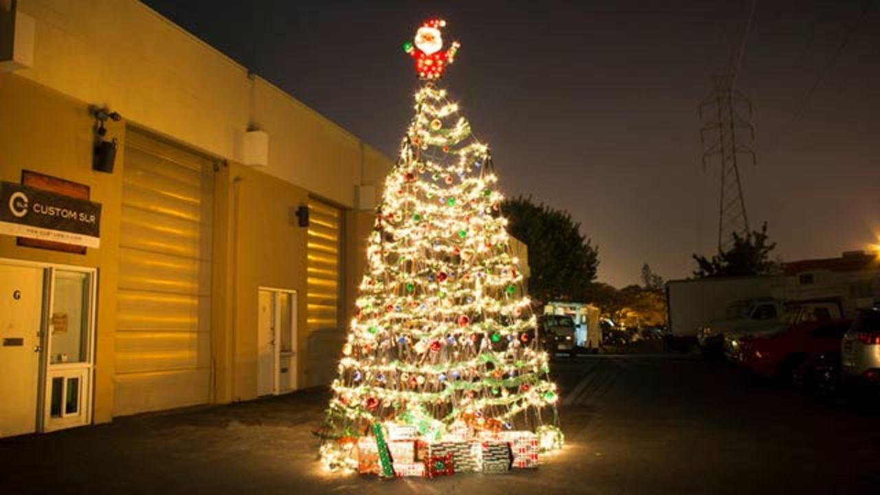 三脚を組み立てて作った巨大クリスマスツリー(動画)