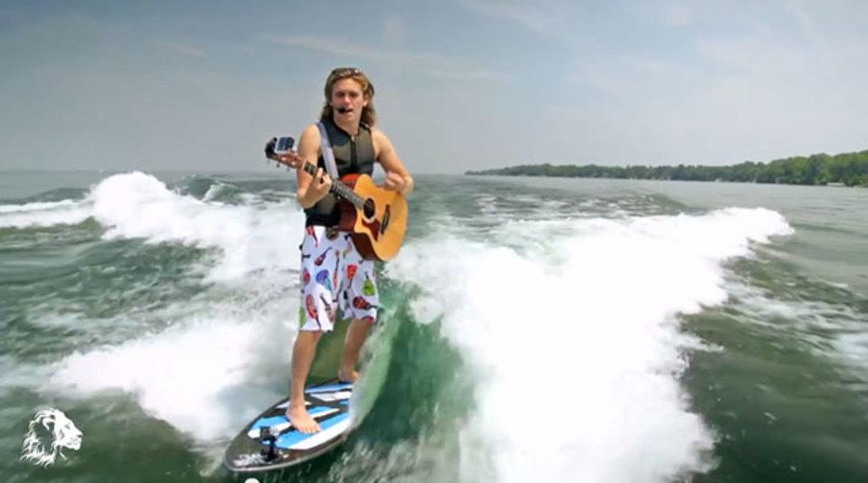 サーフィンをしながらギターで弾き語りをするエクストリームミュージシャンが登場