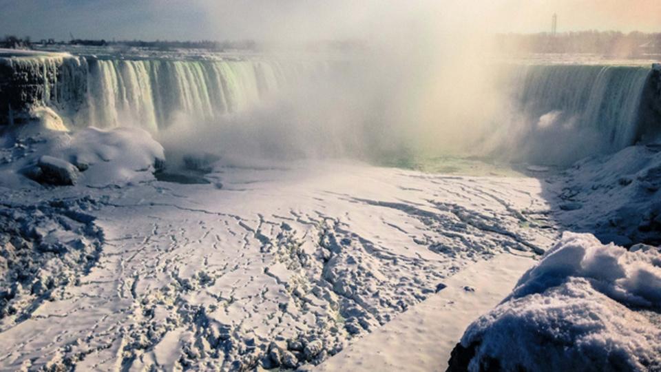 「ナイアガラの滝が凍ってる衝撃写真」は嘘、これが今の写真だよ(凍ったナイアガラの過去写真あり)