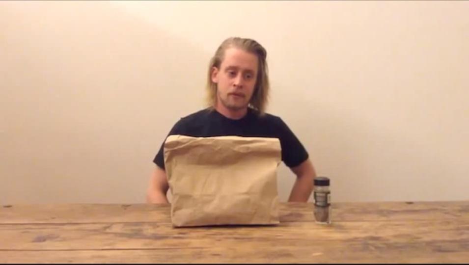 『ホーム・アローン』のマコーレー・カルキンがピザを淡々とピザを食べる動画