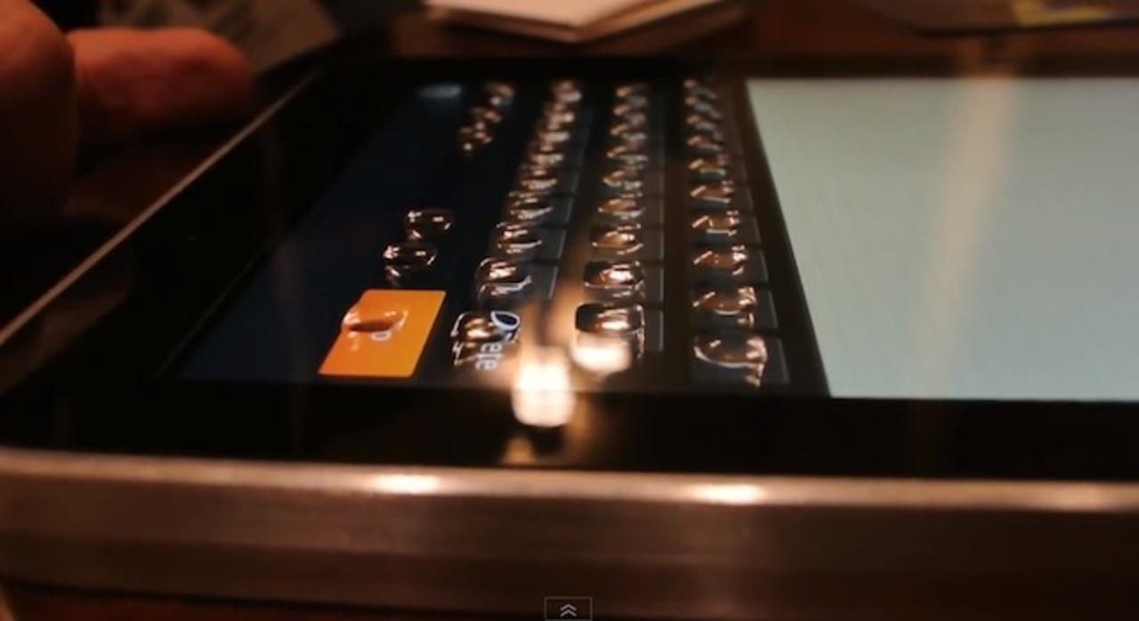 魔法のボタン!? スマホの液晶画面に物理キーが浮き上がる衝撃の技術のデモ