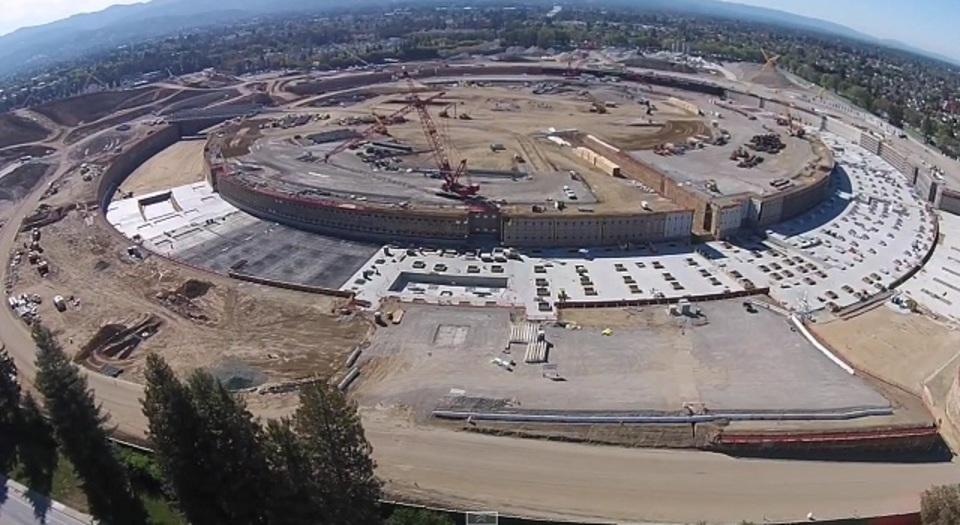 完成予定は2016年。アップルの宇宙船型新社屋の建設現場をドローンで空撮