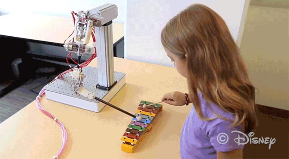 まるで人間のよう。ロボットたちに命を吹き込むディズニーのエア駆動システム
