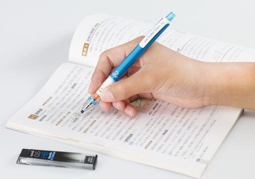 「ツルツルした教科書」にも書き込みできるシャープ替芯がついに発売