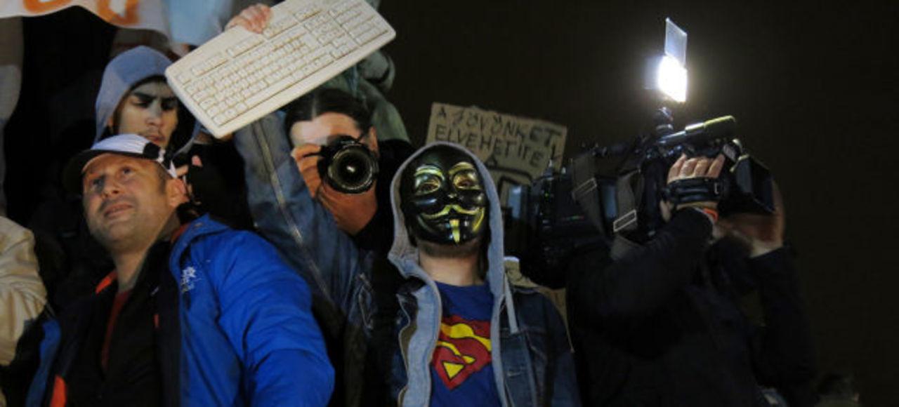 ハンガリーで大規模デモ、「インターネット税」の導入に反対