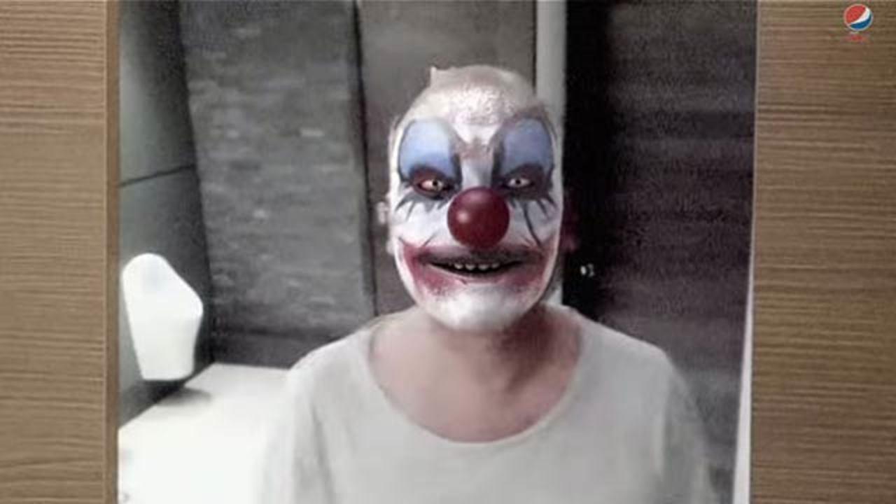 トイレの鏡を見ると顔が悪魔なピエロに…! ペプシの恐怖サプライズ