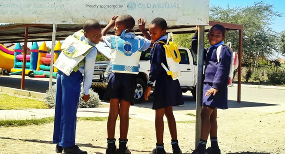 地球だけじゃない、子供たちにも優しいソーラーパネル付きリュックサック