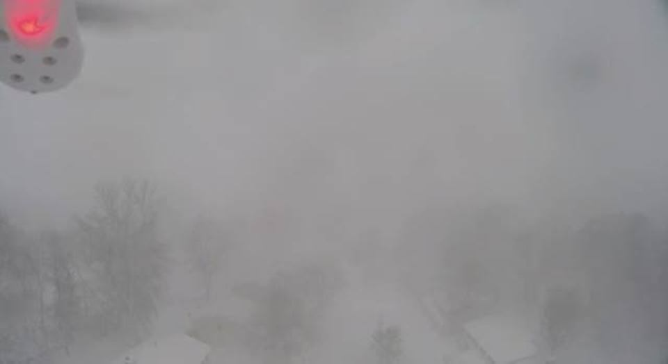 ニューヨークの猛吹雪の中をドローンが飛ぶ