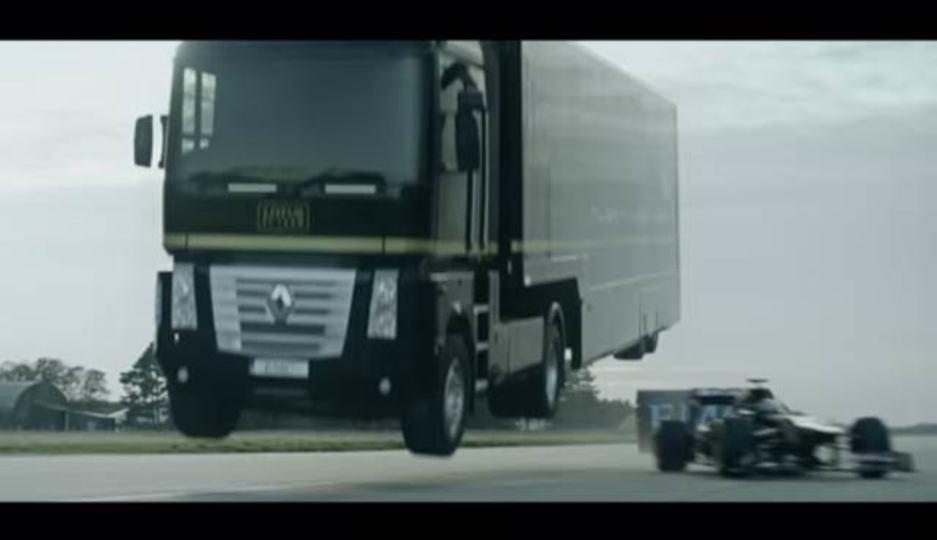 走るフォーミュラ1カーの上をトラックがジャンプ