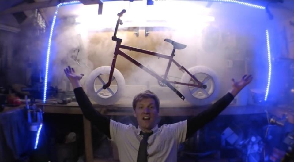 自転車のタイヤが氷だったら? YouTubeで話題のキテレツ発明家がまたも才能の無駄遣い