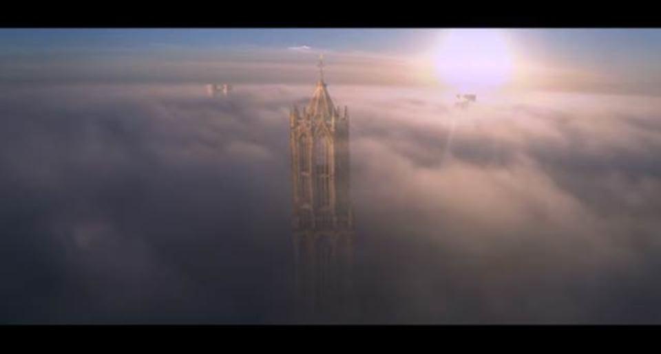 まるで天空の城、ドローン空撮で見るオランダ最古の教会