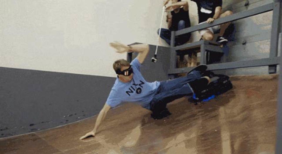 スケートボード界の王、トニー・ホークがホバーボードを体験
