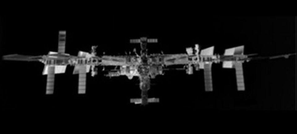 赤外線を使って撮影した、国際宇宙ステーションの写真