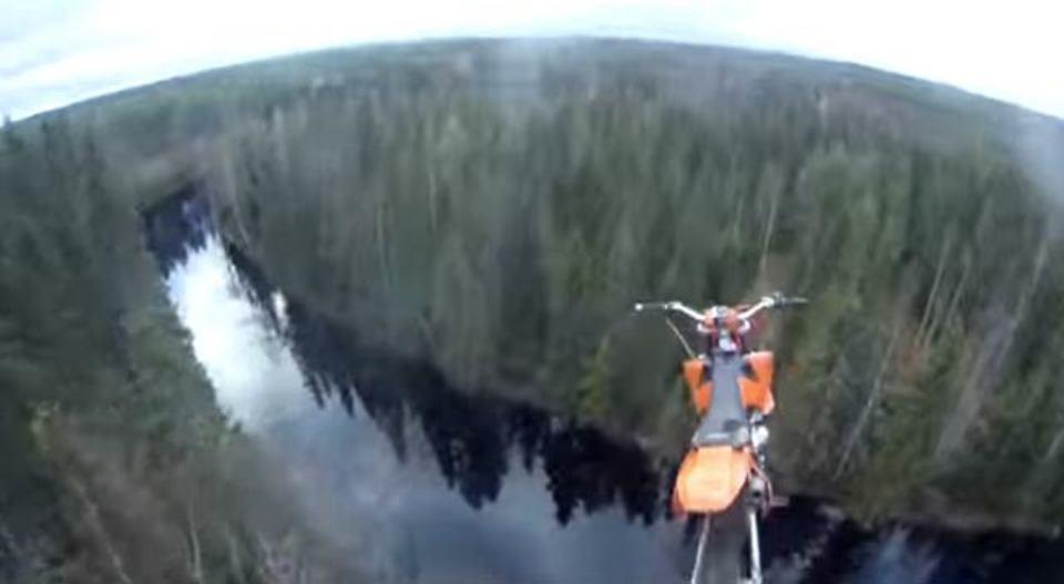 バイクで川にジャンプして、ライダーはパラシュートで脱出するというスタント…