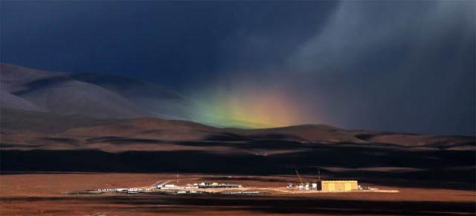 砂漠の上に現れたとっっっても珍しい虹