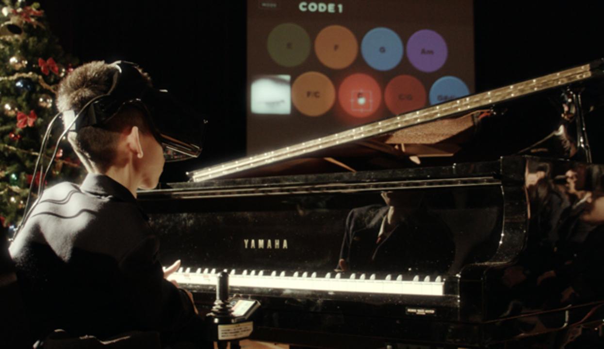 ピアノが弾きたい。その想いを叶えた、ウェアラブルと目線で音楽を奏でる「Eye Play the Piano」