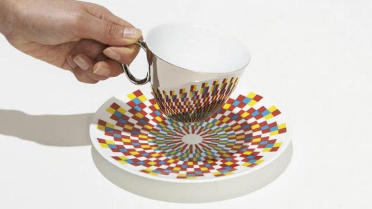 ミラー加工のティーカップ、幾何学模様のソーサと一緒に