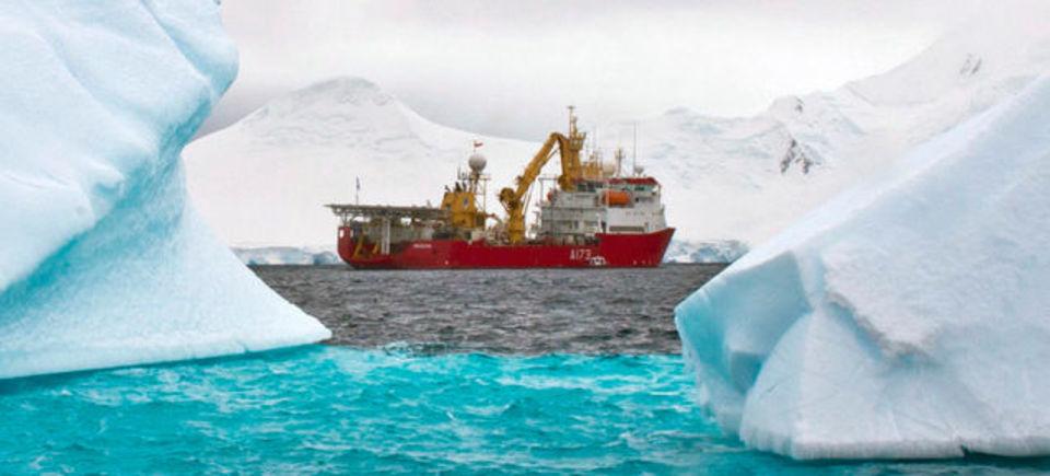 南極大陸は、全体的に白いわけではない