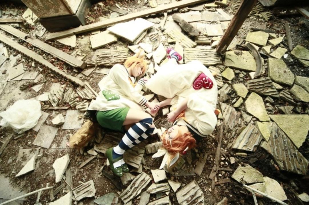 廃墟とコスプレ。朽ちてゆく世界と一体化するコスプレイヤーがうつくしい