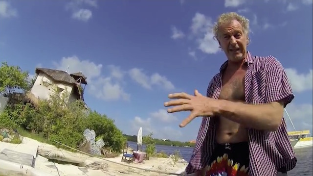 約15万本のペットボトルで作った島で暮らす男