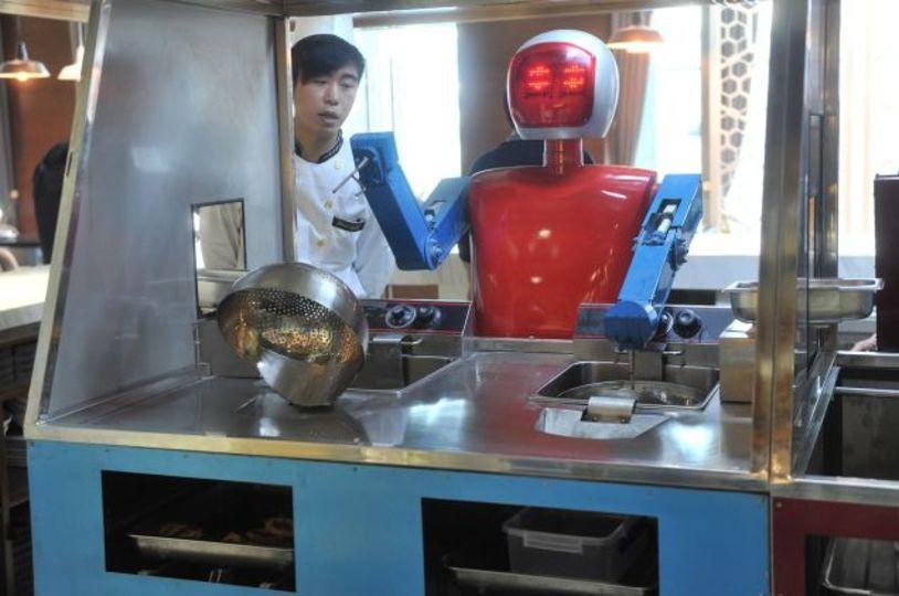 ロボットが配膳してくれるレストランが中国にオープン