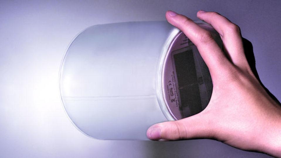 電池切れ知らずの懐中電灯兼ランタン「Luci EMRG」