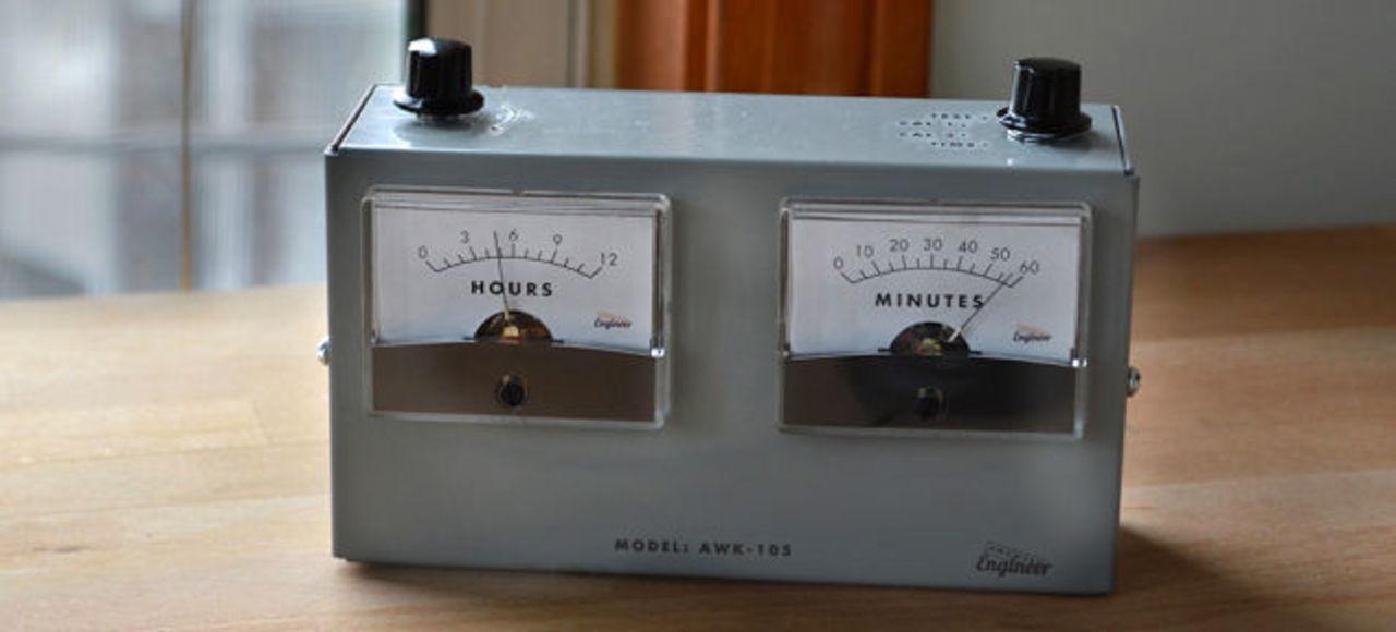 マッドサイエンティストの研究所にぴったりな「電圧計型クロック」
