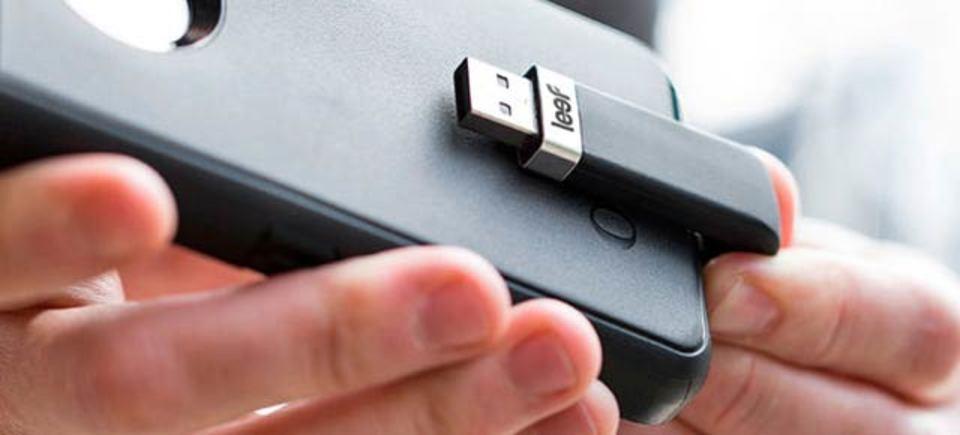 ぐぐっと曲がったiPhone用フラッシュドライブ、邪魔にならないデザイン
