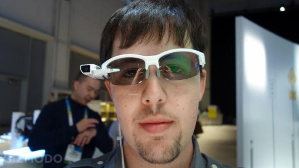 ソニーのスマートグラスにハンズオン:普通のメガネに付けるだけ