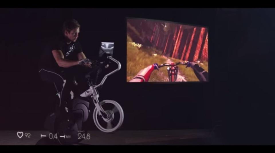 VRヘッドセットとエアロバイクで、家にいながらサイクリング