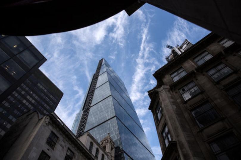 人間の腕ほどのボルトが次々と落下するロンドンの最新ビル