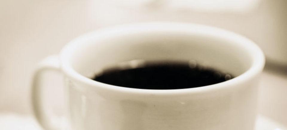 日本の物理学者がついに動いた! コーヒーの表面を覆う白い膜の謎