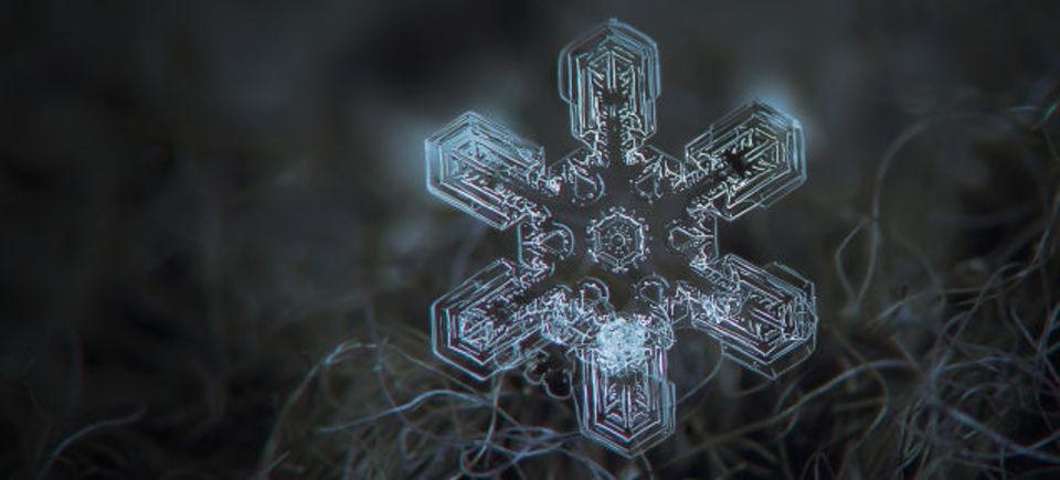 雪の結晶は透明なのに、雪が白いのはなぜ?