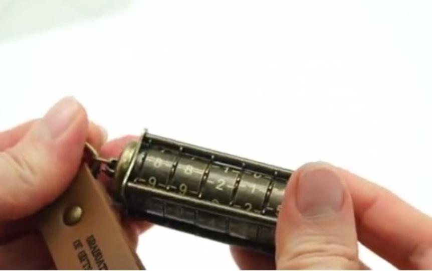 ダイヤル回して解錠するアンティークUSBメモリ