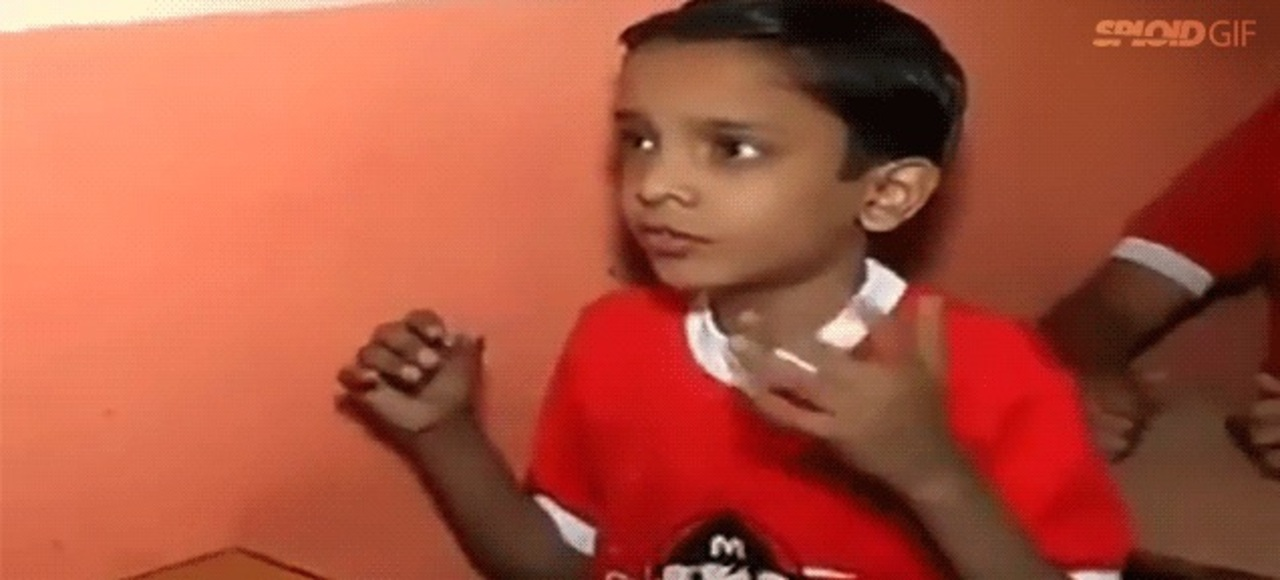指だけで驚きの計算をするインドの少年