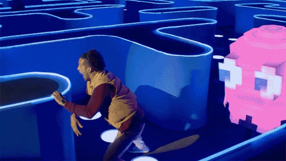 バド・ライトの光る「パックマン等身大バージョン」で遊ぶ