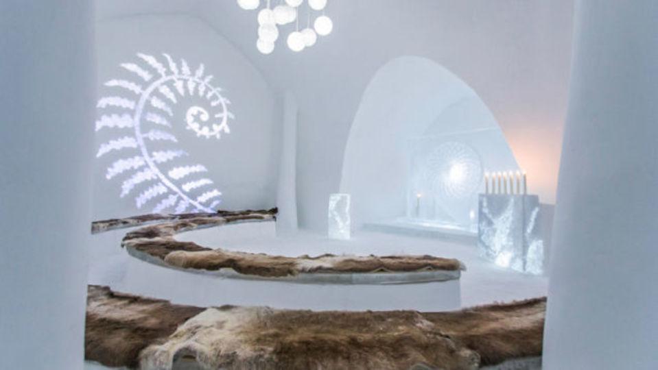 アイスホテル、今年は25周年記念に氷の映画館を建設