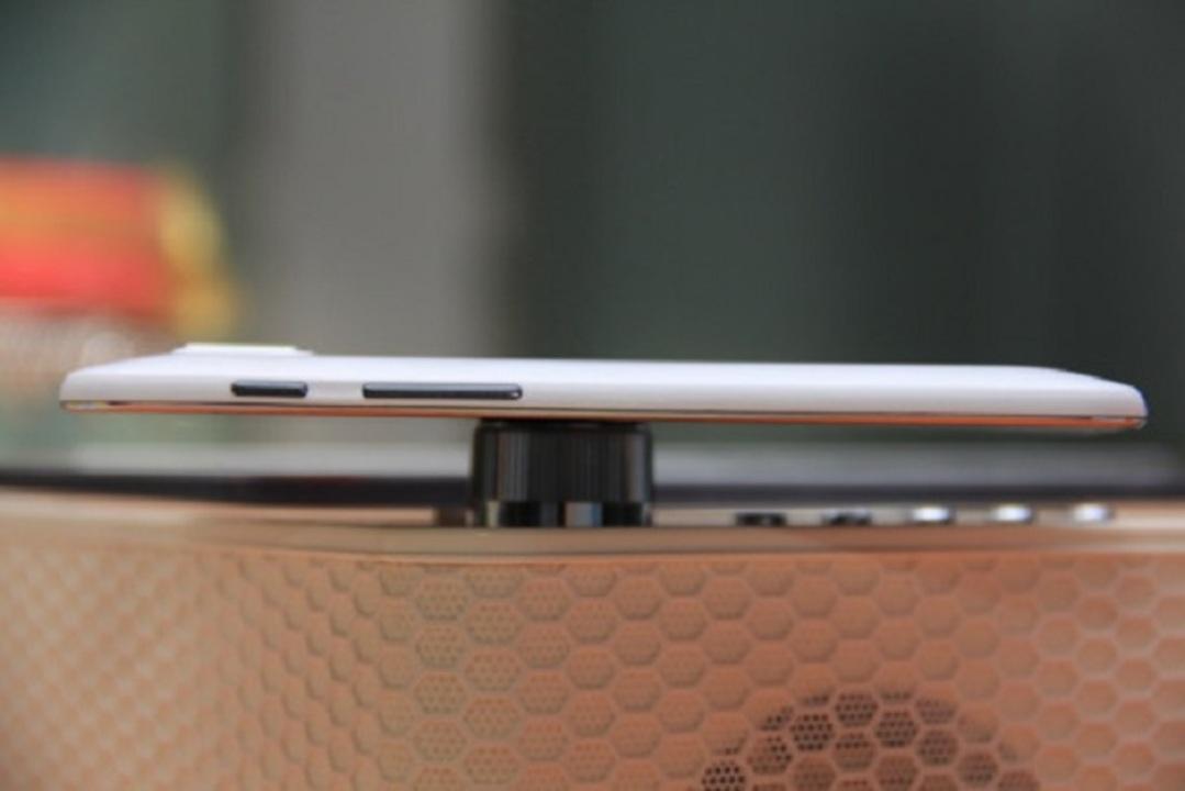 ワールドレコード! 4.7mmの世界最薄スマホが中国から登場