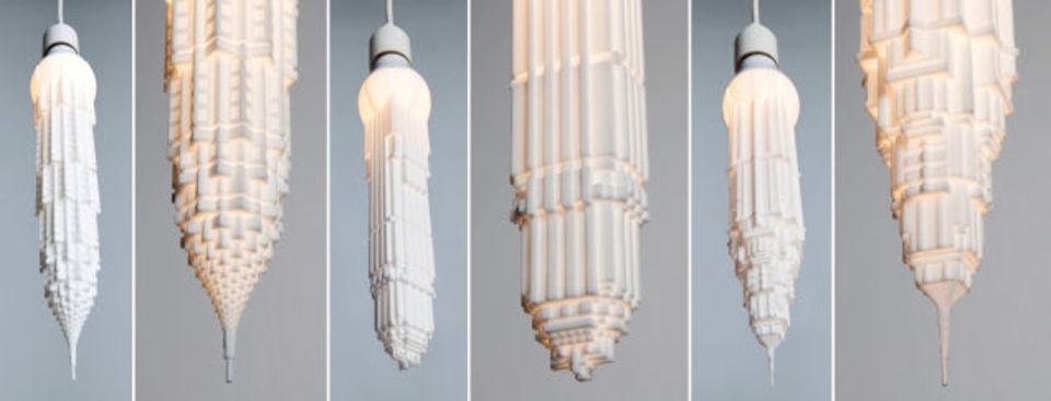 鍾乳石のような輝き。逆さ吊りの高層ビル型LEDライト