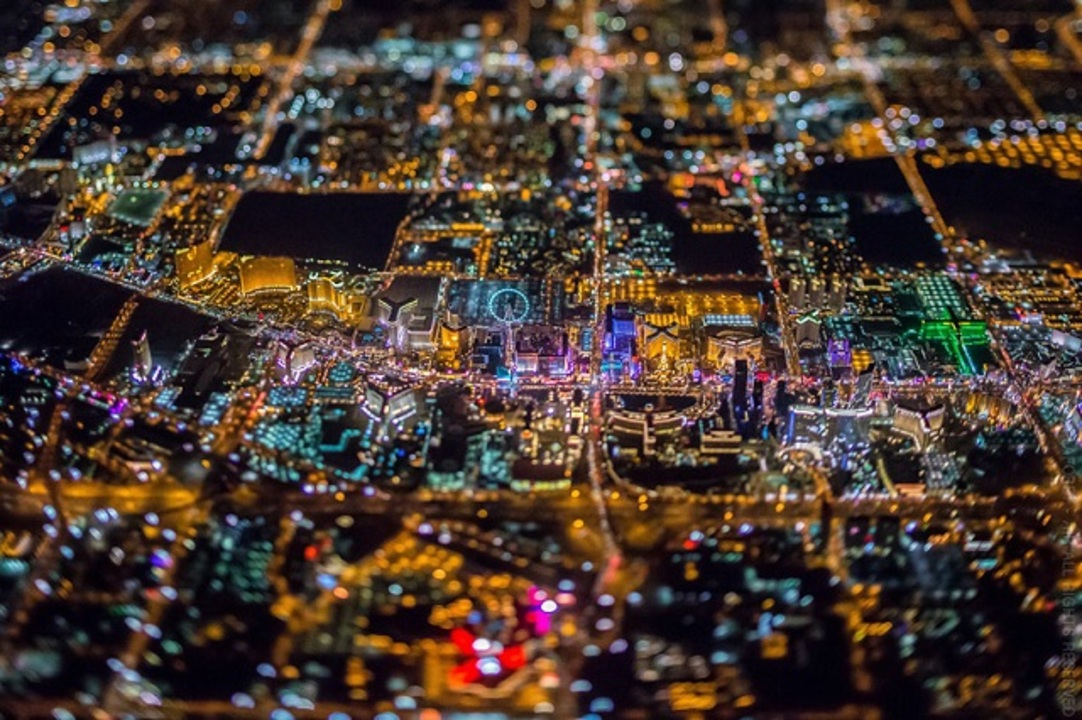 夜ベガスの空撮写真はまるで集積回路のような美しさ
