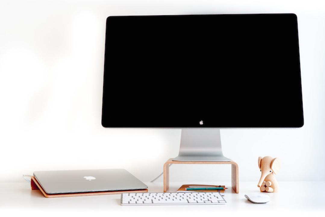 美しい木の流線型。Macで快適な仕事を実現する「Nordic Appeal」