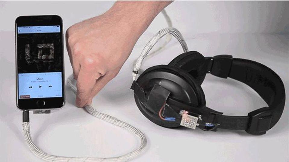 つまむと一時停止、結ぶと電気が消える。直感的操作ができるスマートケーブル「Cord UIs」
