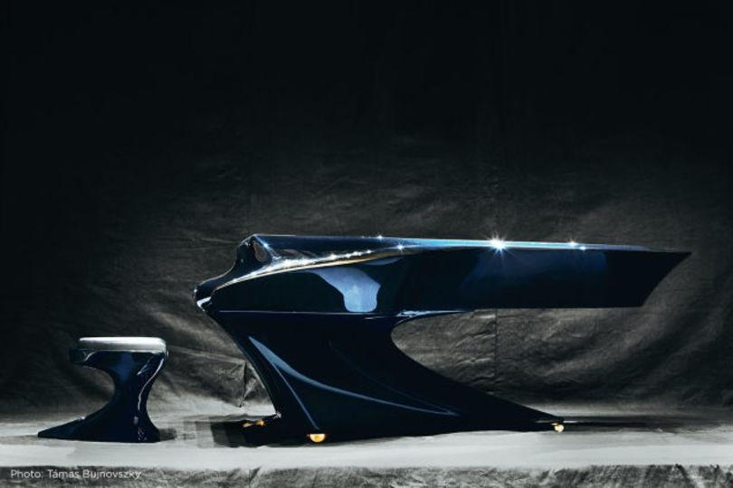 10年かけてデザインされた、流線型が美しいカーボンピアノ